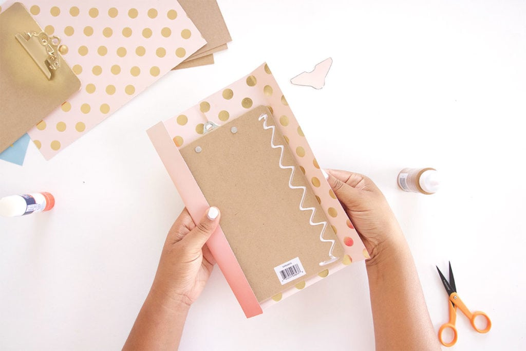Learn how to cover a clipboard + inspirational printables! All you need is your printer and a few basic craft supplies to make this simple project.