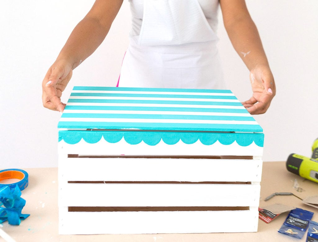 Enjoy the outdoors with this DIY Wooden Crate Picnic Basket that is easy to create with paint and simple tools. Great for enjoying the end of summer.