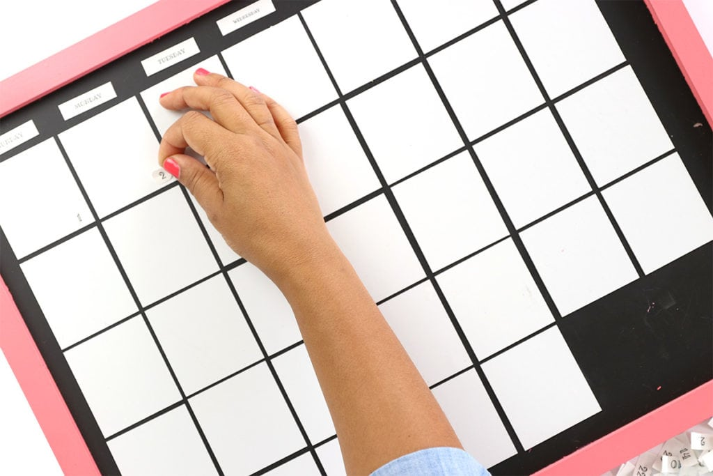 DIY Magnetic Whiteboard Calendar with DYMO MobileLabeler | damask love